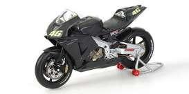 Minichamps - Honda  - mc122027946 : Honda RC211V Valentino Rossi Pre-Season Test Bike 2002 - Limited Edition