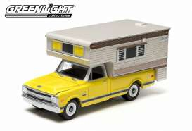 GreenLight - Chevrolet  - gl29783 : 1970 Chevrolet C10 Cheyenne with large camper *Hobby Exclusive*, yellow