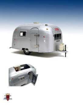 Airstream Caravan - stainless - 1:18 - Motor City Classics - mocity88101 | The Diecast Company