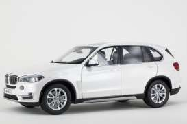 BMW  - 2013 mineral white - 1:18 - Paragon - para97073 | The Diecast Company