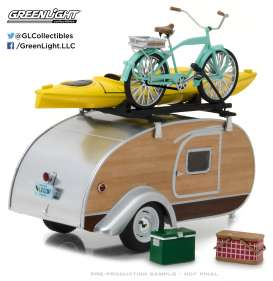 Teardrop Caravan  - silver/woody - 1:24 - GreenLight - gl18430A | The Diecast Company