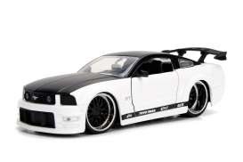 Ford  - Mustang GT 2006 white - 1:24 - Jada Toys - jada99973w | The Diecast Company