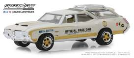 Oldsmobile  - Vista Cruiser 1972 white/yellow - 1:64 - GreenLight - 30050 - gl30050 | The Diecast Company